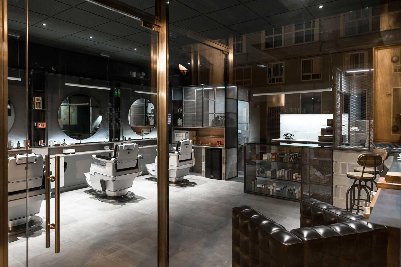 Fotografia con reflejos panorámica interior de barbería Shave the sailor