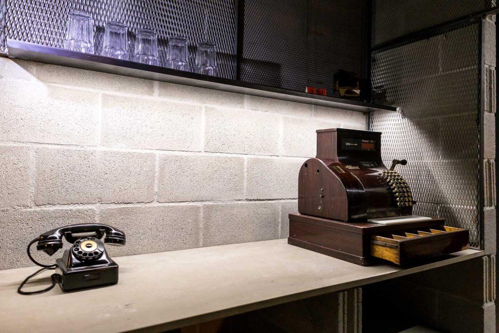 teléfono antiguo y máquina registradora
