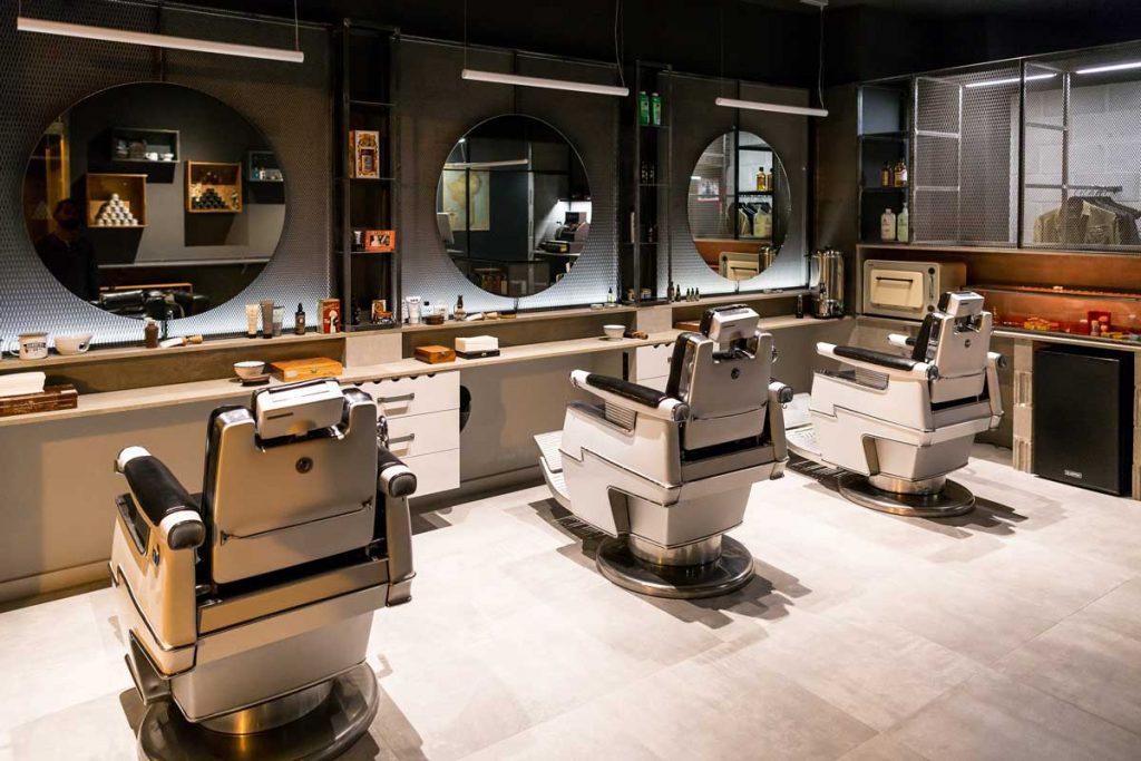 Espejos redondos en barbería y sillas americanas en Shave the sailor