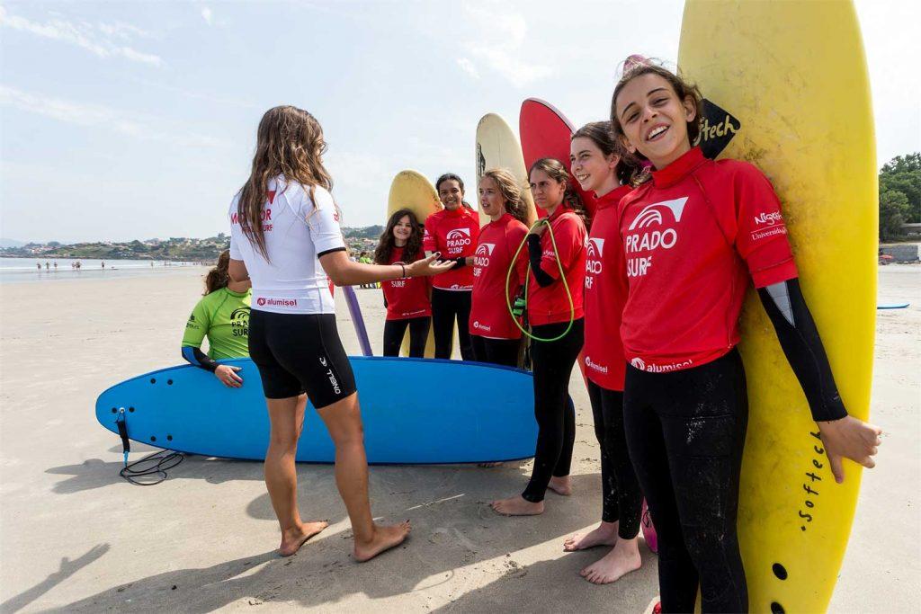 Clase grupal de surf en la arena